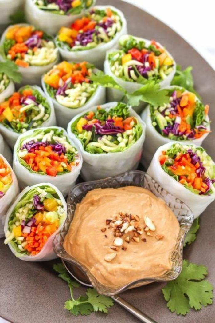 rollos de primavera con vegetales y salsa casera de pimientos rojos, canapés frios y fáciles, ideas de tapas fáciles y entrantes originales