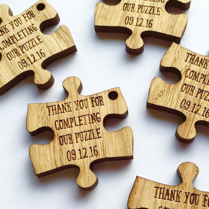 super originales ideas de regalos para tus amigos y familiares en tu boda, trozos de rompecabezas para regalar