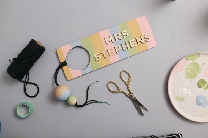 regalos originales para profesores fin de curso hechos a mano, separadores de libros DIY con el nombre del maestro