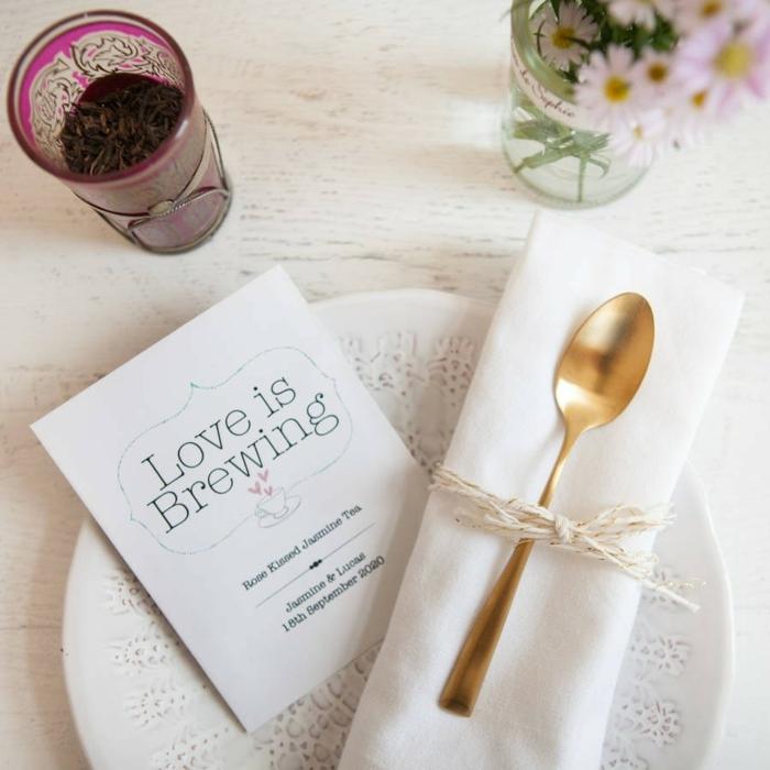 pequeña cuchara en color dorado para regalar a tus invitados, detalles de boda originales y utiles, ideas de favores para invitados