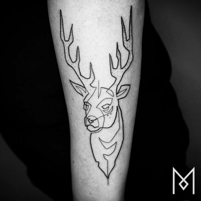 tatuaje ciervo lineal en el antebrazo, diseños de tattoos de una sola línea continua, ideas para tatuajes originales