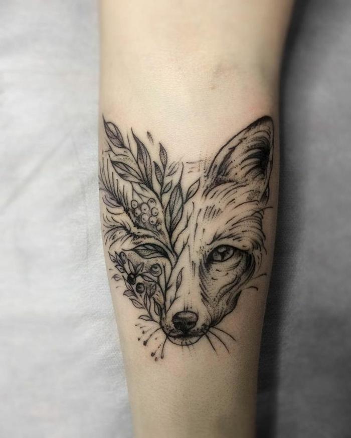 tatuaje zorro con motivos florales, tendencias en los tatuajes, diseños de tattoos simbólicos para hombres y mujeres