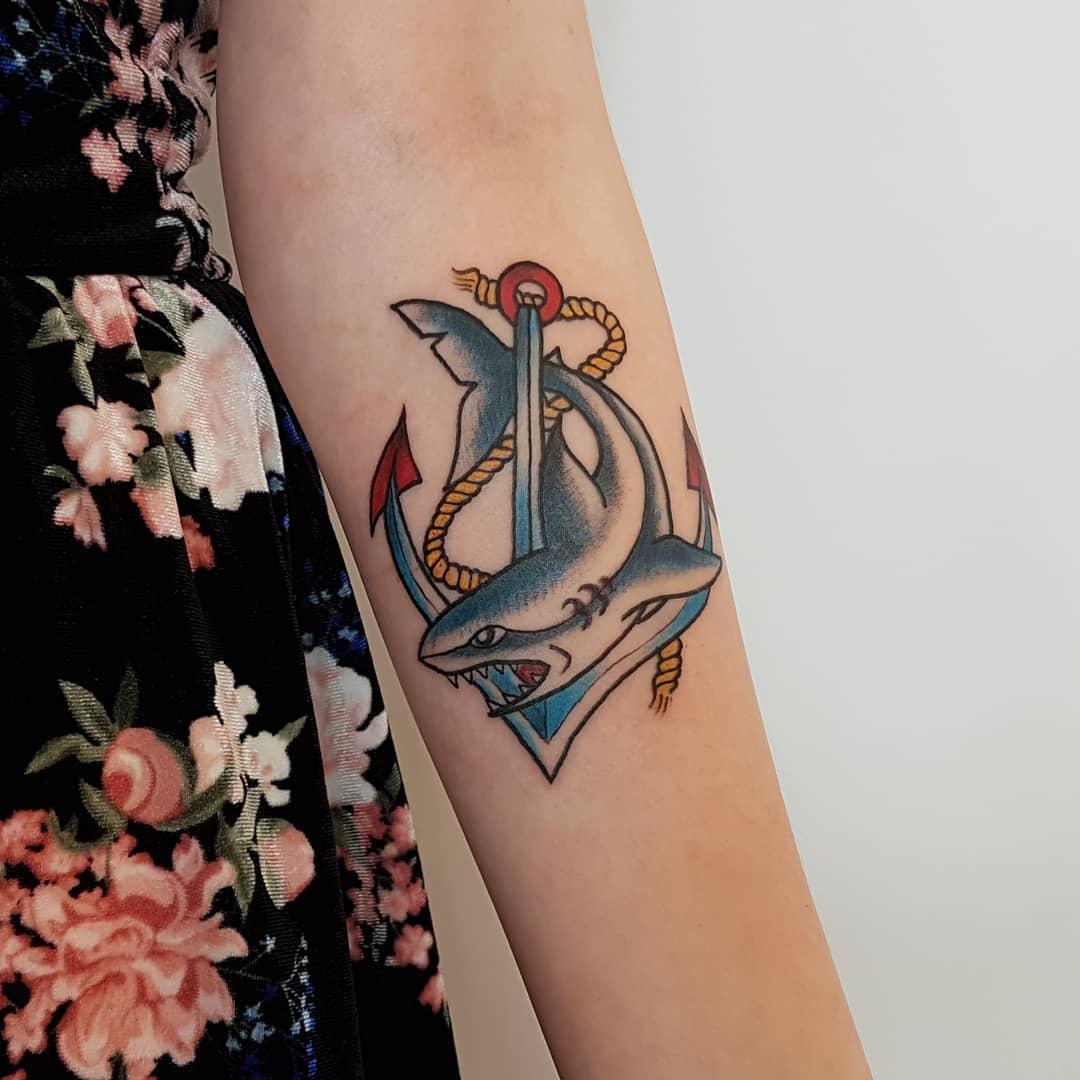 preciosos diseños de tatuajes en estilo old school con un fuerte significado, ideas de tatuajes en el antebrazo para hombres y mujeres