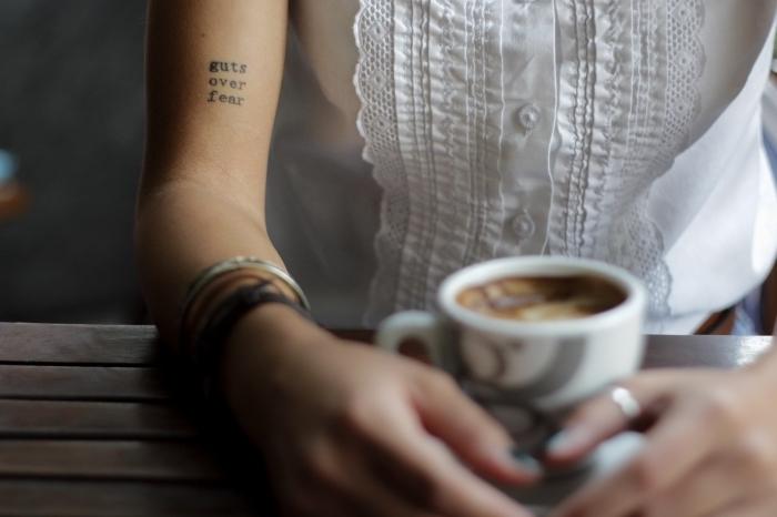 frase en inglés tatuada en el brazo, galería de tatuajes con letras, tatuajes de mujer tatuajes elegantes, diseños minimalsitas