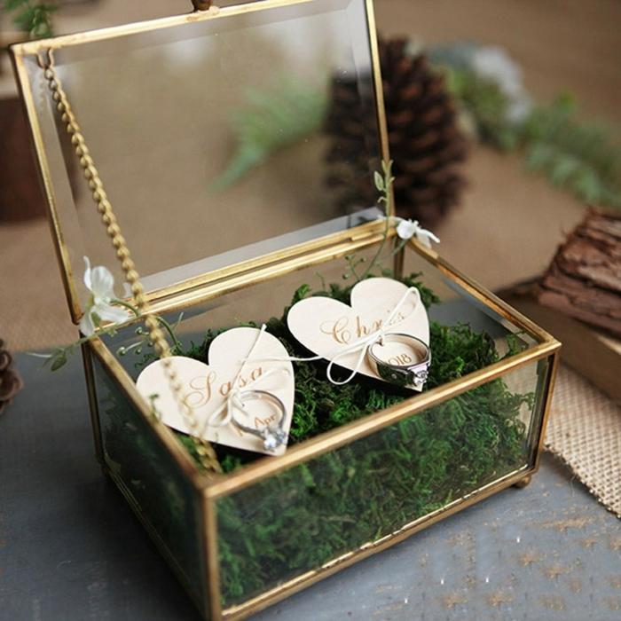 anillos personalizados para cada invitado, caja con anillos y tarjetas en forma de corazón, detalles de boda originales y utiles