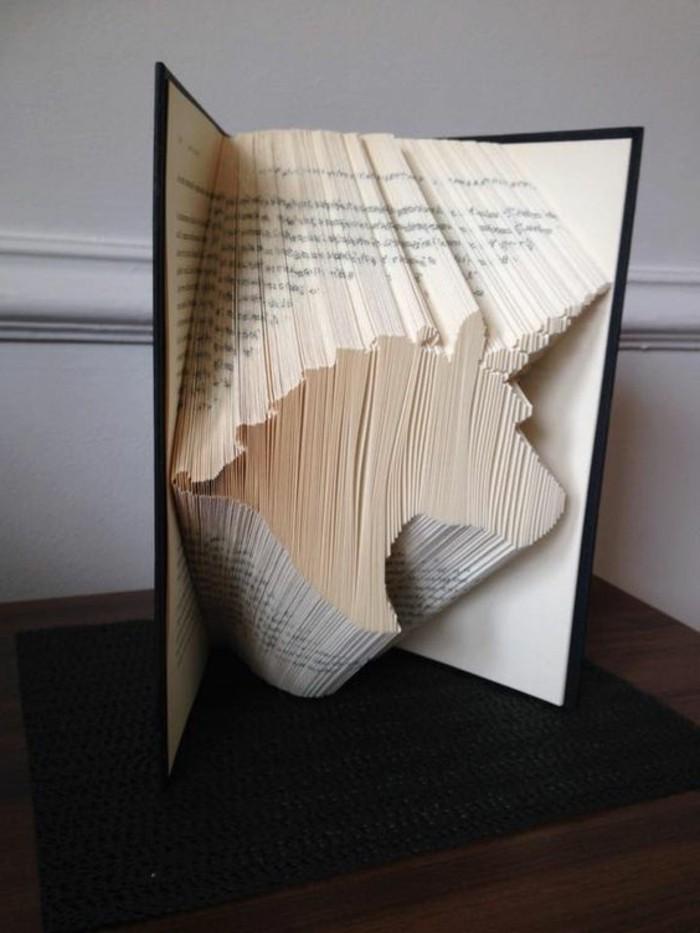 unicornio hecho de papel de páginas de libro, ideas de decoración oriignal de reciclaje, arte de libros viejos