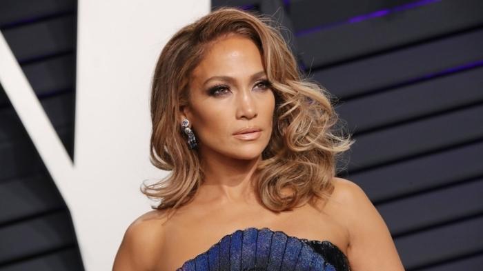 cortes de pelo modernos para mujeres de 50 años, media melena ondulada con volumen, pelo peinado a un lado