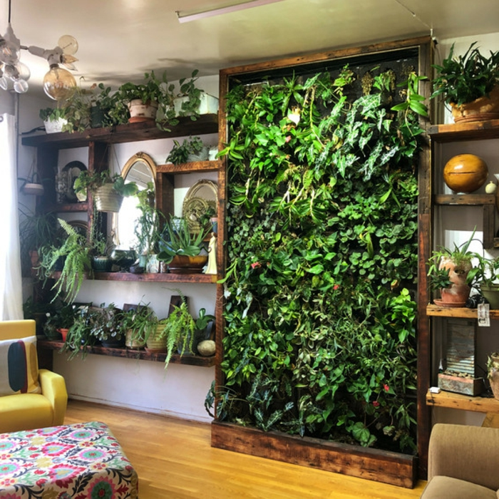 precioso jardín vertical con marco de madera y plantas trepadoras, jardin vertical original, salón decorado en estilo vintage
