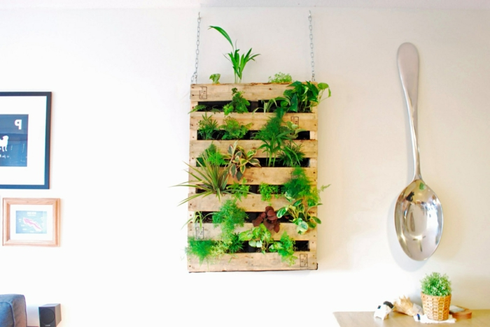 decoración con muebles de palets, salón comedor decorado en blanco con jardín vertical, palets reutilizados para decorar el salón