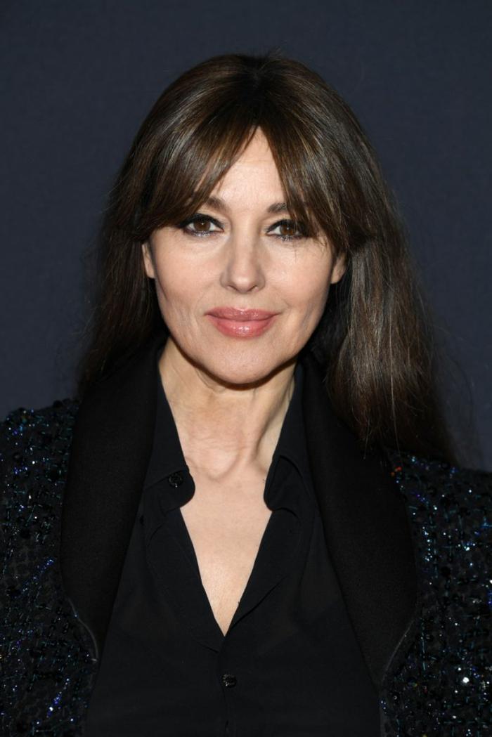 fotos de cortes de pelo mujer de 50 años, Monica Belluci con un look impecable, larga melena color castaño oscuro con flequillo lateral