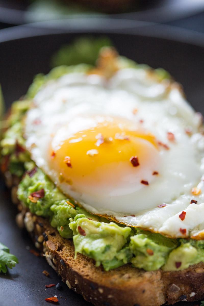 recetas con aguacate y huevo, tostadas con aguacate machacado, chile y huevos fritos, ideas de desayunos saludables y ricos