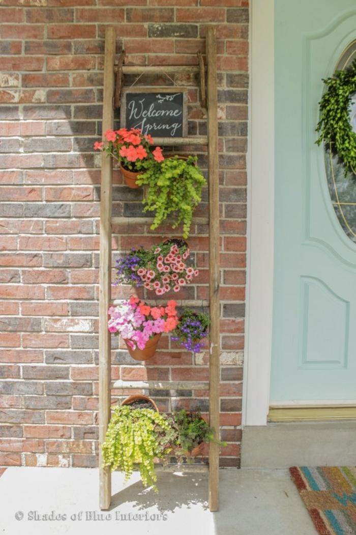 ideas sobre como organizar un jardín vertical en el patio, escaleras en estilo rústico con macetas de plantas coloridas