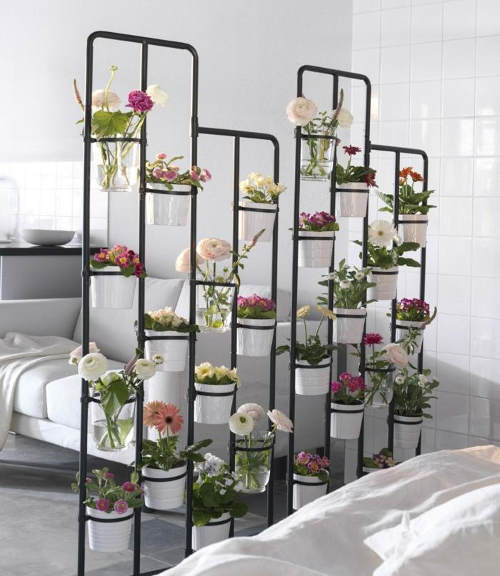 super originales ideas sobre cómo montar un jardín vertical en casa, dormitorio decorado en blanco, como delimitar el espacio