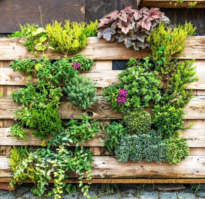ideas sobre como hacer un jardin vertical con palets reciclados, muebles de palets originales, decoración de patios y jardines