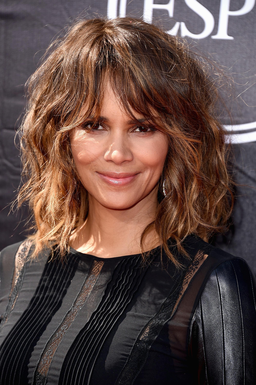peinados melena midi, cortes de pelo originales con mucho estilo, cortes de pelo con flequillos, celebridades con mechas balayage