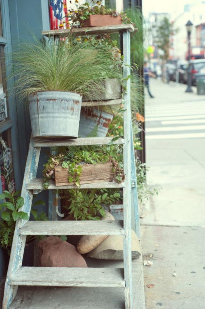 ideas de decoración de un jardín rústico, escalera de madera pintada en color azul, pequeñas macetas con plantas verdes
