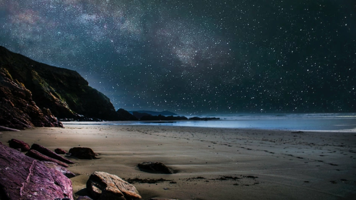 hermosas fotos de fondos de pantalla paisajes, playa bonita con rocas de color morado, cielo de noche estrellado, hermosos paisajes para descargar