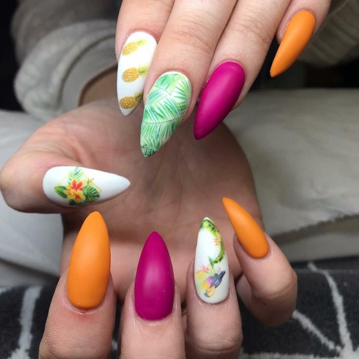 preciosos modelos de uñas veraniegas en colores neones, uñas largas afiladas pintadas en diferentes colores con dibujos bonitos