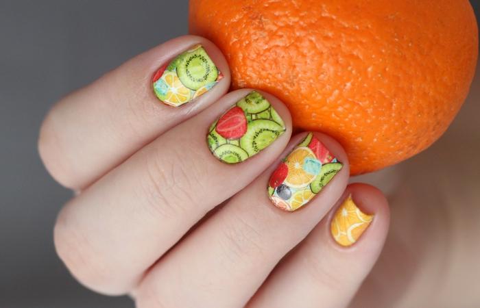diseños de uñas veraniegas con dibujos de frutas, diseños de uñas unicos, uñas en colores veraniegos, uñas con dibujos de kiwi y naranja