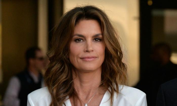 Cidney Crawford con un look impecable, media melena rizada con mechas mas claras, ideas de cortes de pelo mujer de 50 años