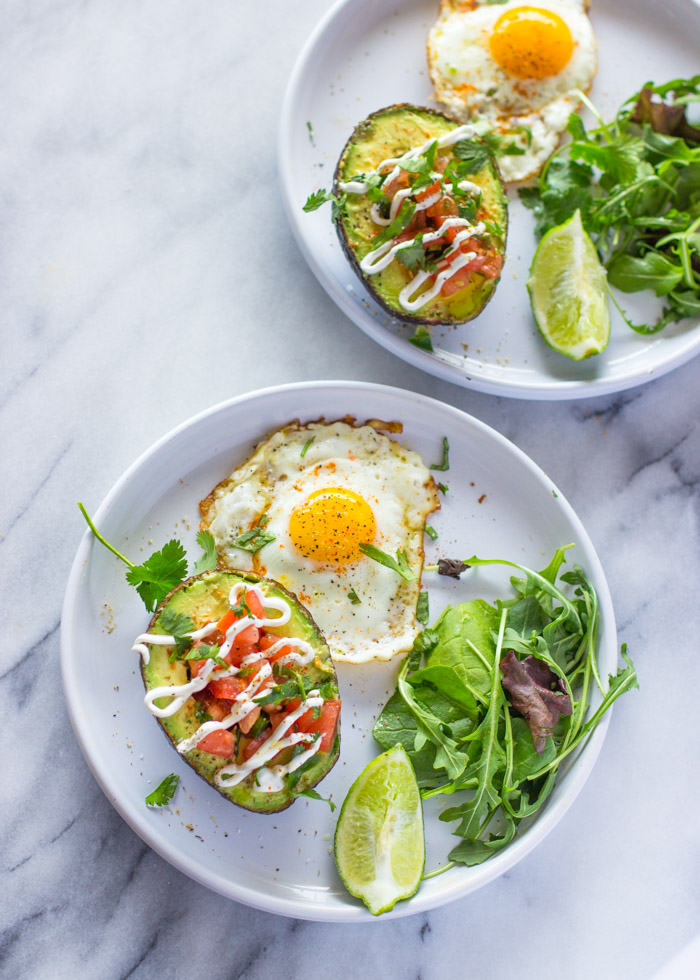 recetas con aguacate relleno, las mejores ideas de recetas de aguacate, barcos de aguacate con tomates y huevos