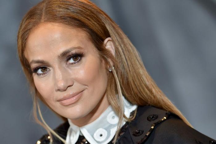 fotos de cortes de pelo que rejuvenecen a los 50, J Lo con una larga melena alisada, imagenes de celebridades de 50 años