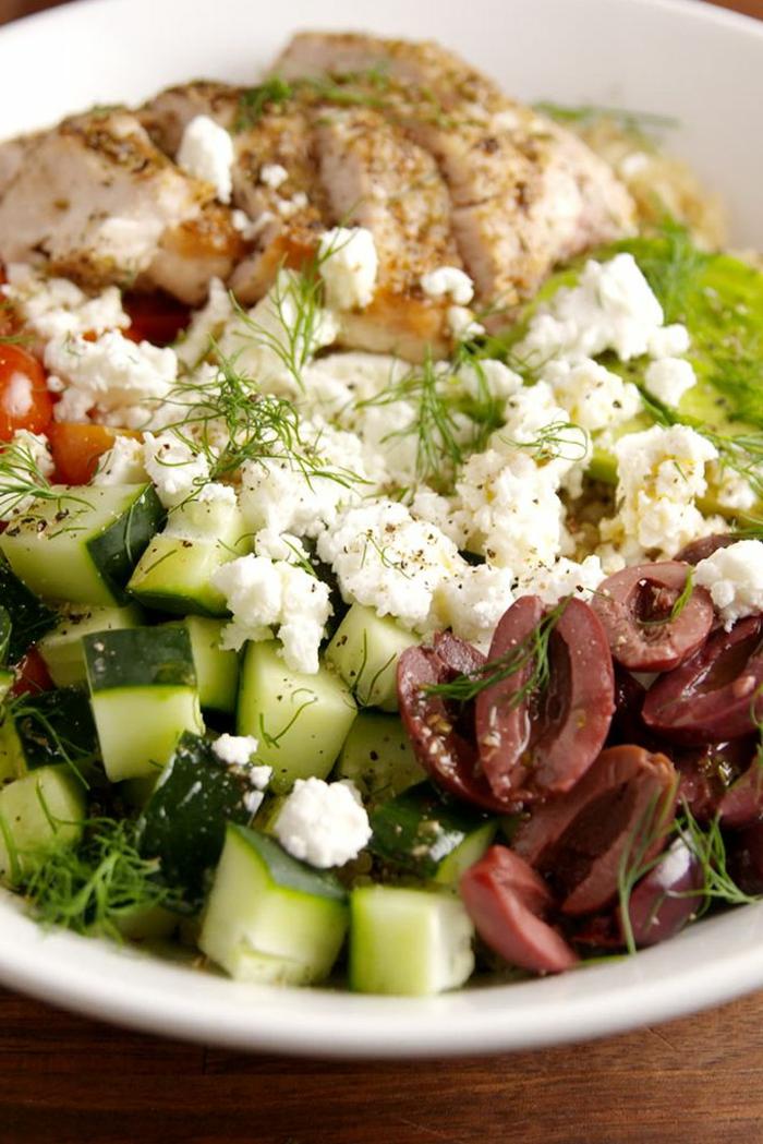 recetas de aguacate originales para toda la familia, ensaladas para cenar, ensalada con pepinos, aceitunas, queso blanco, aguacate y pollo