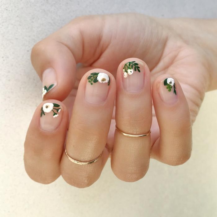 uñas cortas con bonitas decoraciones con motivos florales, dibujos en las uñas, uñas cortas con esmalte transparente