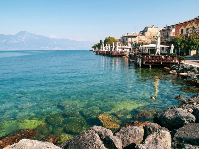 los más adorables paisajes para poner como fondo de tu pantalla, orilla del mar con casa pequeñas, paisajes del lago de Como en Italia