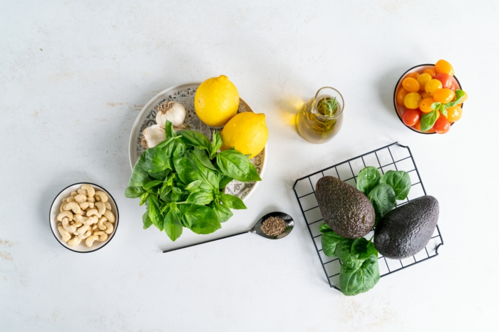 anacardos, albahacas,ajo, limones, ideas sobre como hacer pesto casero, ingredientes necesarios para hacer pesto con albahacas
