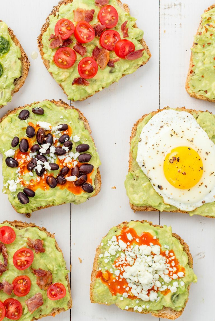 aguacate con huevo, aguacate con tomate, judías negras, queso, ideas de tostadas de aguacate para desayunar en imagenes