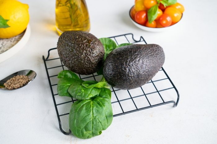 dos aguacates maduros, tomates uva, comino, alabahacas frescas, aceite de oliva y limones, ideas sobre como hacer pesto casero