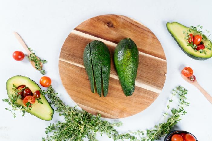 cortar el agucate en trozos antes de pelarlo, ideas de recetas con agaucate saludables y originales, fotos de recetas