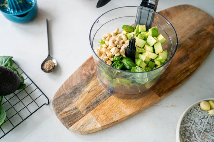 colocar anacardos, albahacas, aguacate en una licuadora, ideas para hacer platos con aguacate, ideas de desaynos