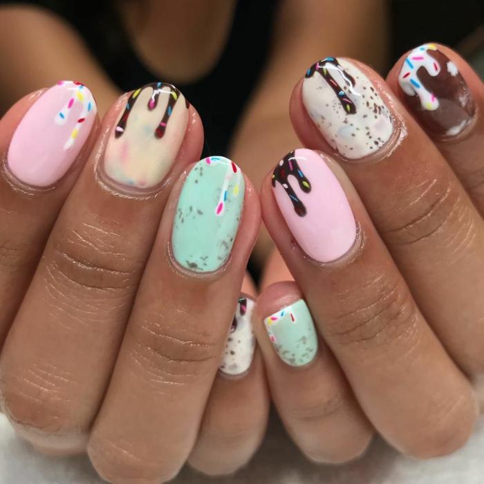 adorables ideas de dibujos en las uñas, uñas ovaladas pintadas en colores pasteles con dibujos, uñas verano en rosado, blanco, marrón y verde menta