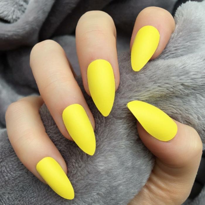 alucinantes ideas de uñas veraniegas en colores neon, uñas largas de forma almendrada en color amarillo fluorescente