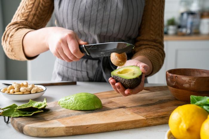 cortar y pelar el aguacate, ideas frescas y originales de recetas con aguacate, las mejores propuestas de entrantes fáciles