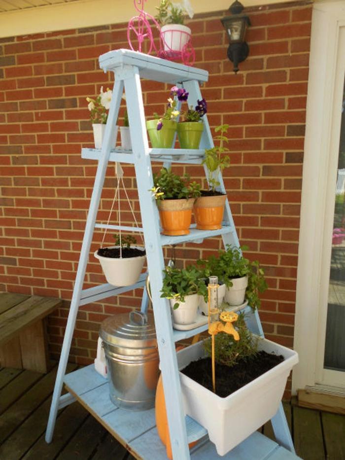 escalera de madera pintada en color azul con pequeñas macetas con plantas verdes, decoración de jardines y patios