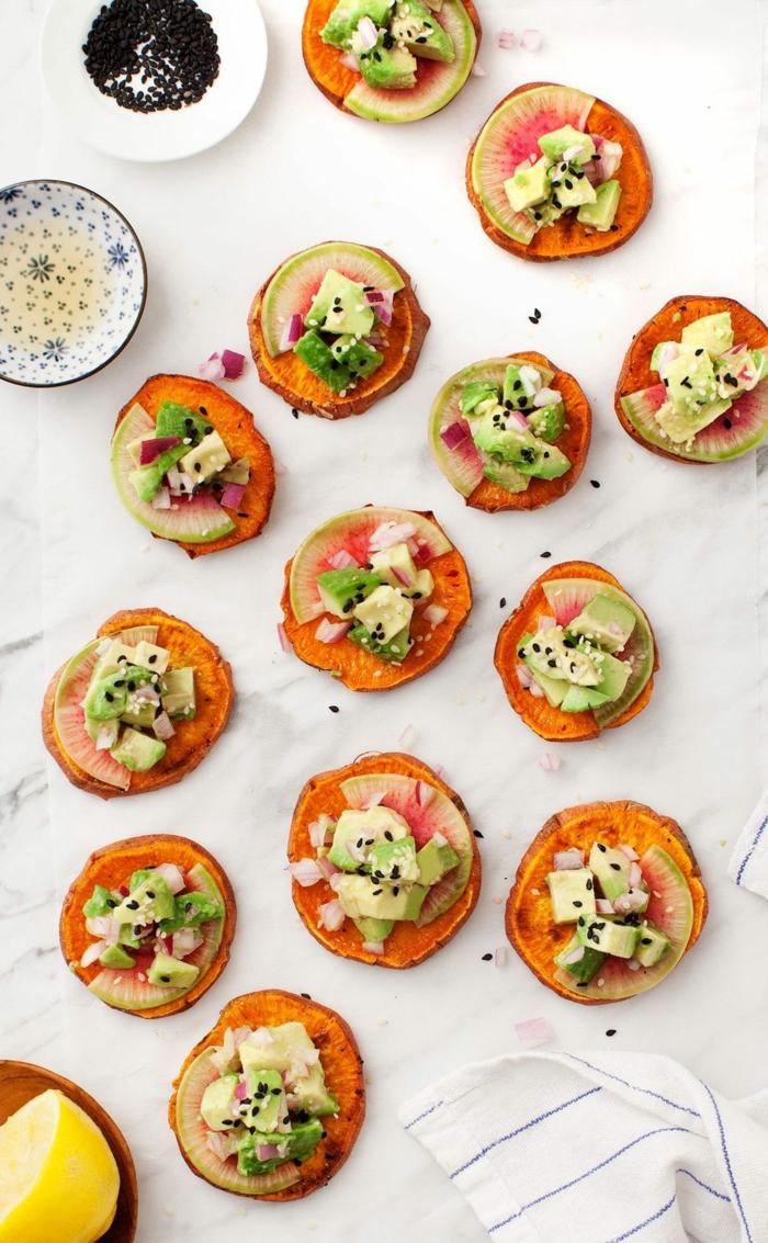 ideas de bocados para el verano para sorprender a tus invitados, batatas con higos y aguacate, comidas con aguacate originales