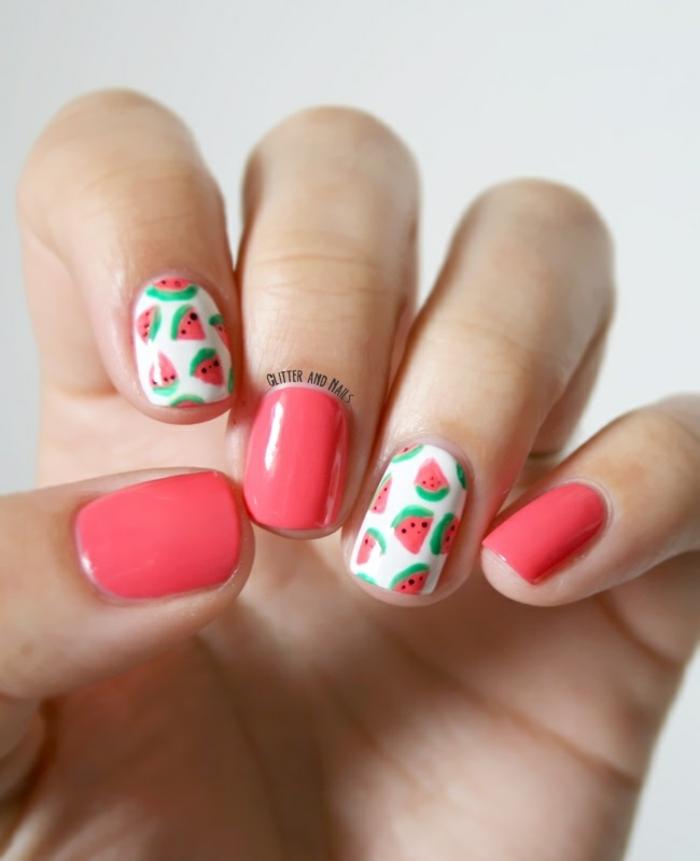 fotos de dibujos de uñas de gel, uñas pintadas en color coral y blanco con bonitos motivos veraniegos, tendencias en las uñas de verano