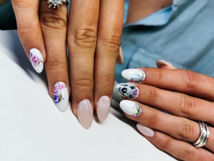 largas uñas pintadas en blanco y lila claro con decoraciones motivos florales, motivos de uñas para la primavera y el verano