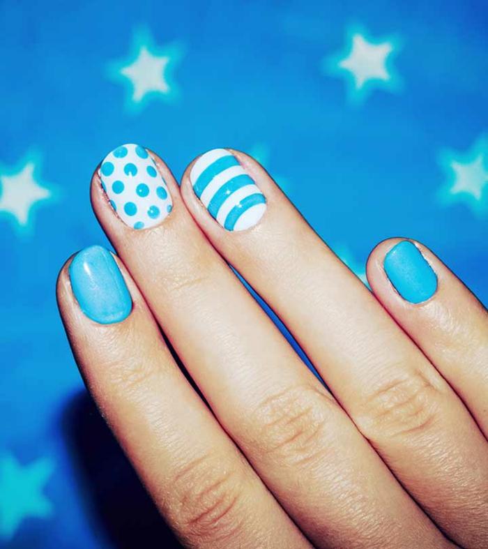 bonitos modelos de uñas de gel con combinaciones de colores clásicas, uñas cortas ovaladas pintadas en azul y blanco