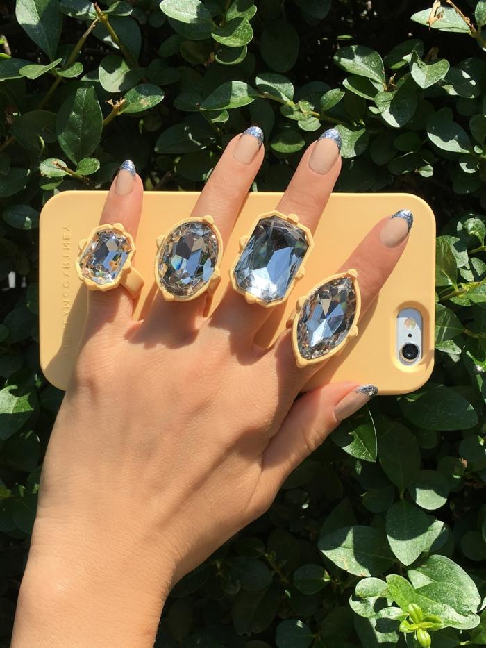 modelos de uñas de gel para la primavera y el verano, uñas francesas con bordes en plateado, diseños de uñas elegantes y originales