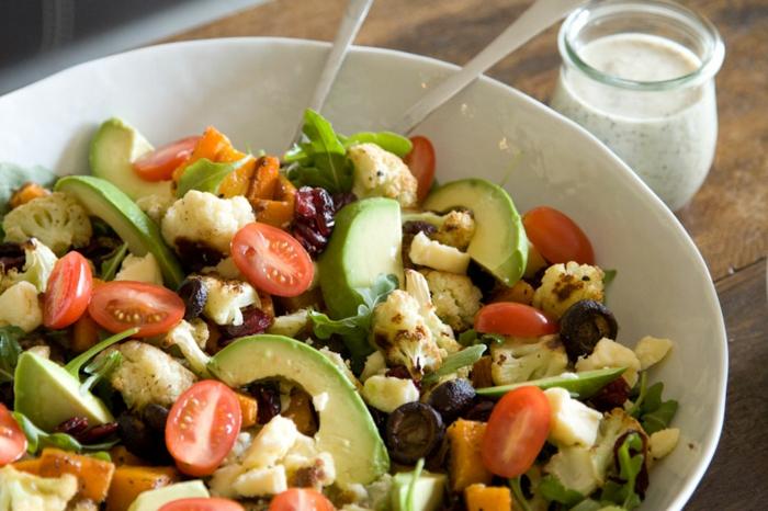 ensaladas saludables y comidas con aguacate, ensalada con aguacate, tomates uva, coliflor, quesos, rucola, aceitunas negras y zanahorias