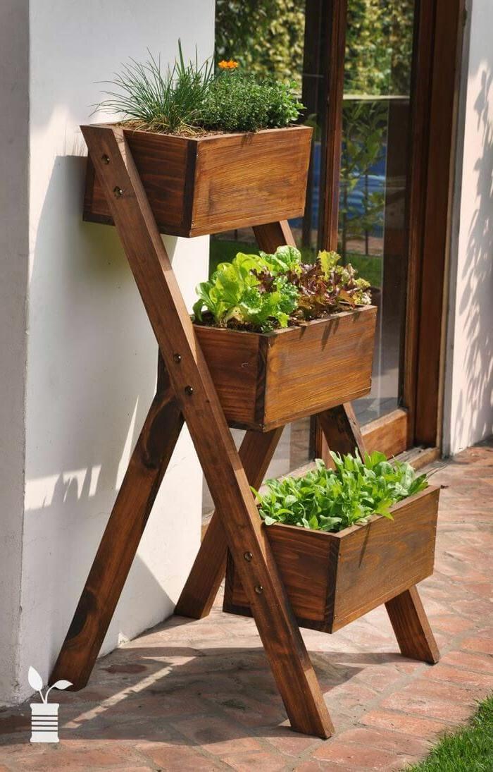 jardin vertical interior y exterior, ideas sobre como decorar el jardín con macetas de madera, ideas para espacios abiertos