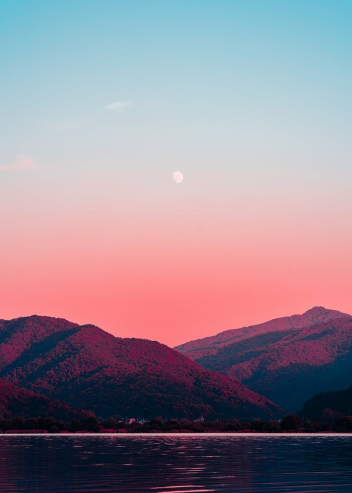 paisajes bonitos en colores románticos, paisaje montañoso bonito, foto de montaña con lago, fondos de pantalla ordenador
