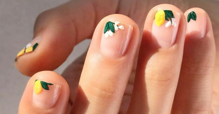 tendencias de uñas para verano 2019, modelos de uñas de gel con motivos florales en los bordes de las uñas, preciosos diseños de manicura