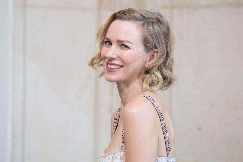 cortes de pelo corto modernos, peinados con ondas en el pelo, cortes de pelo que rejuvenecen a los 50, fotos de celebridades