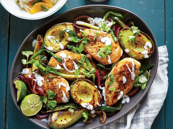 como preparar aguacate con pollo al horno, aguacate entero con pechuga de pollo, lima, cebollas, perejil y mayonesa