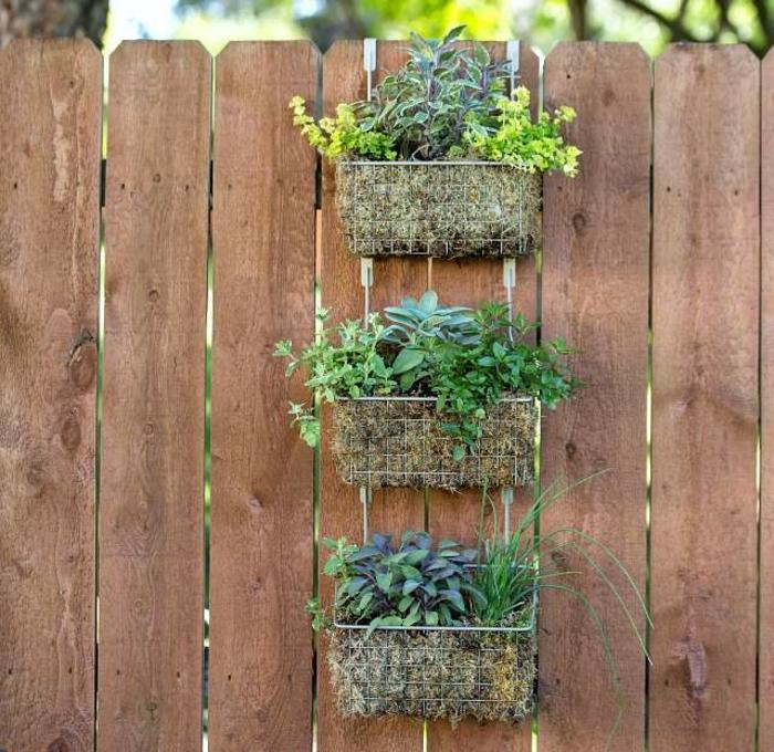 decoración de exteriores con plantas verdes, jardines verticales con cestas, super originales ideas sobre como decorar la cerca